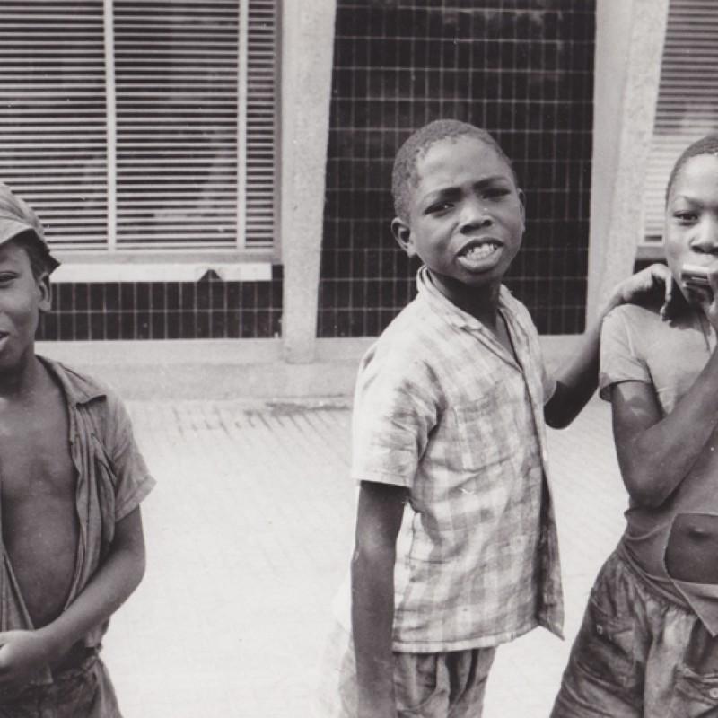 Miúdos numa rua do Luso