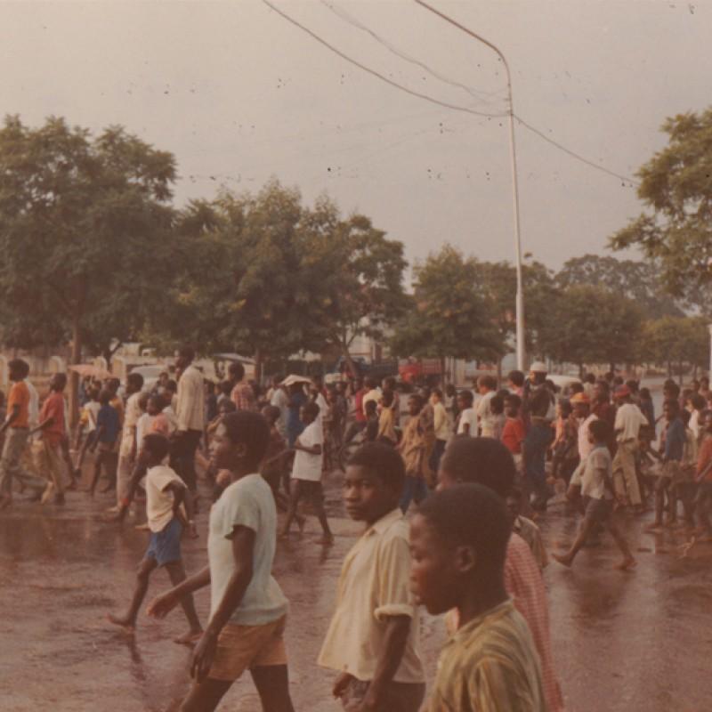 Rua do Luso com multidão