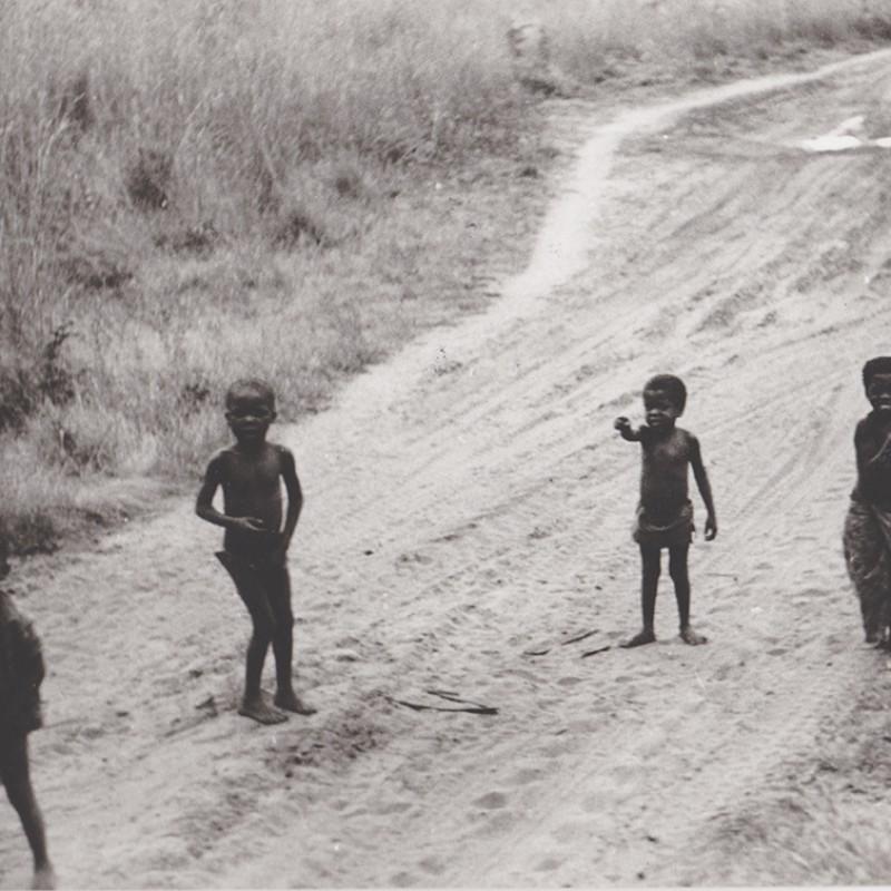 Meninos a brincar junto à linha férrea