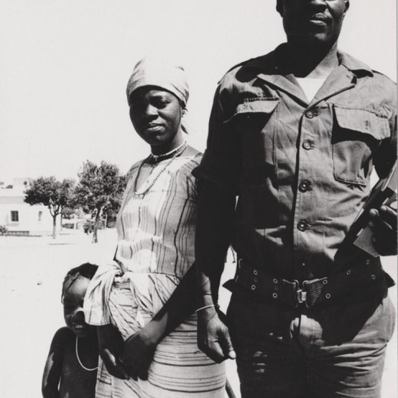Militar e família em aldeia