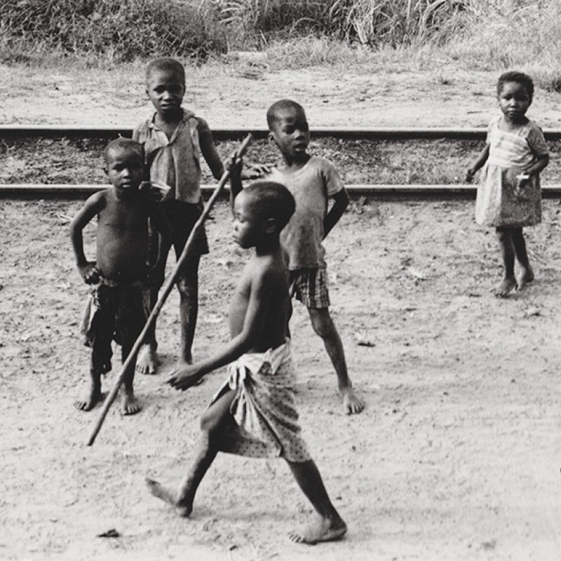 Meninos a brincar na linha de comboio