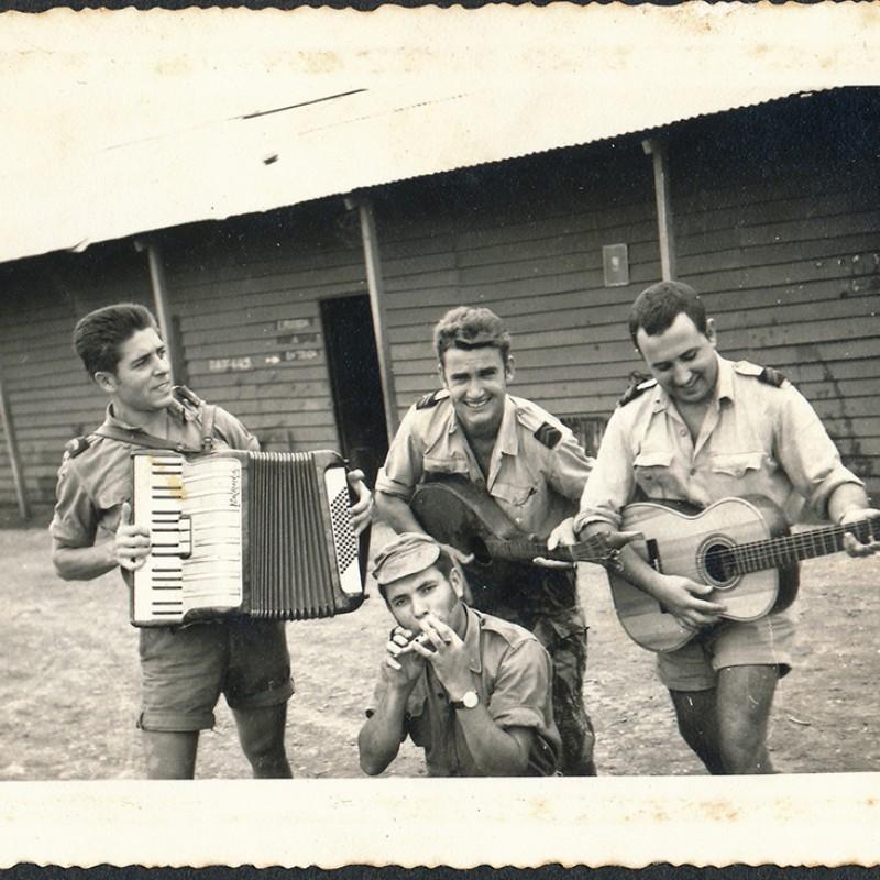 soldados com instrumentos musicais