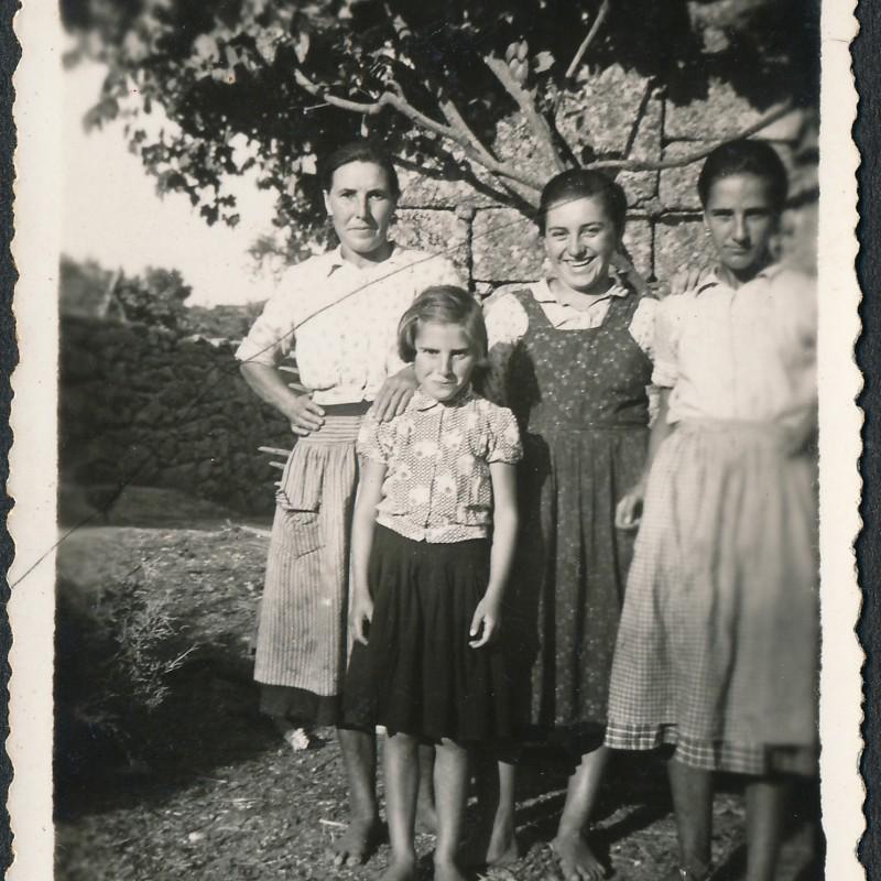 grupo de mulheres e menina
