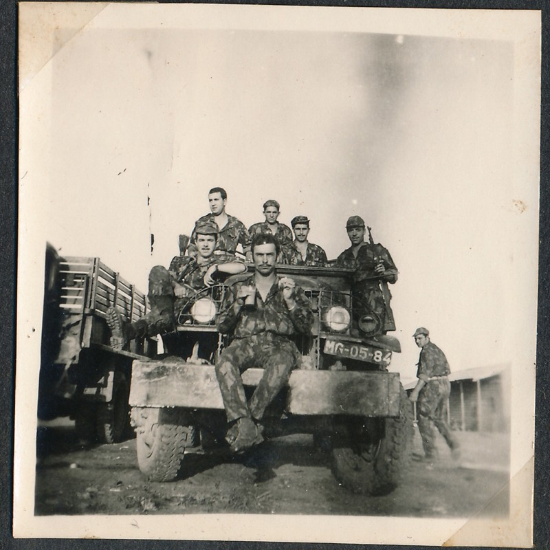 grupo de soldados em jipe