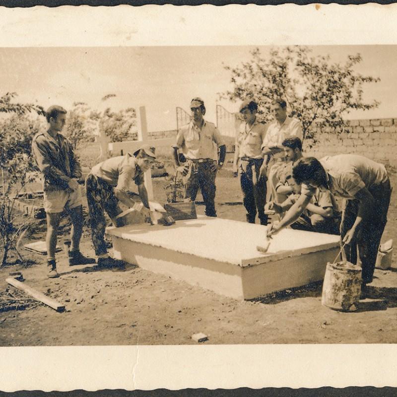 soldados constroem sepultura